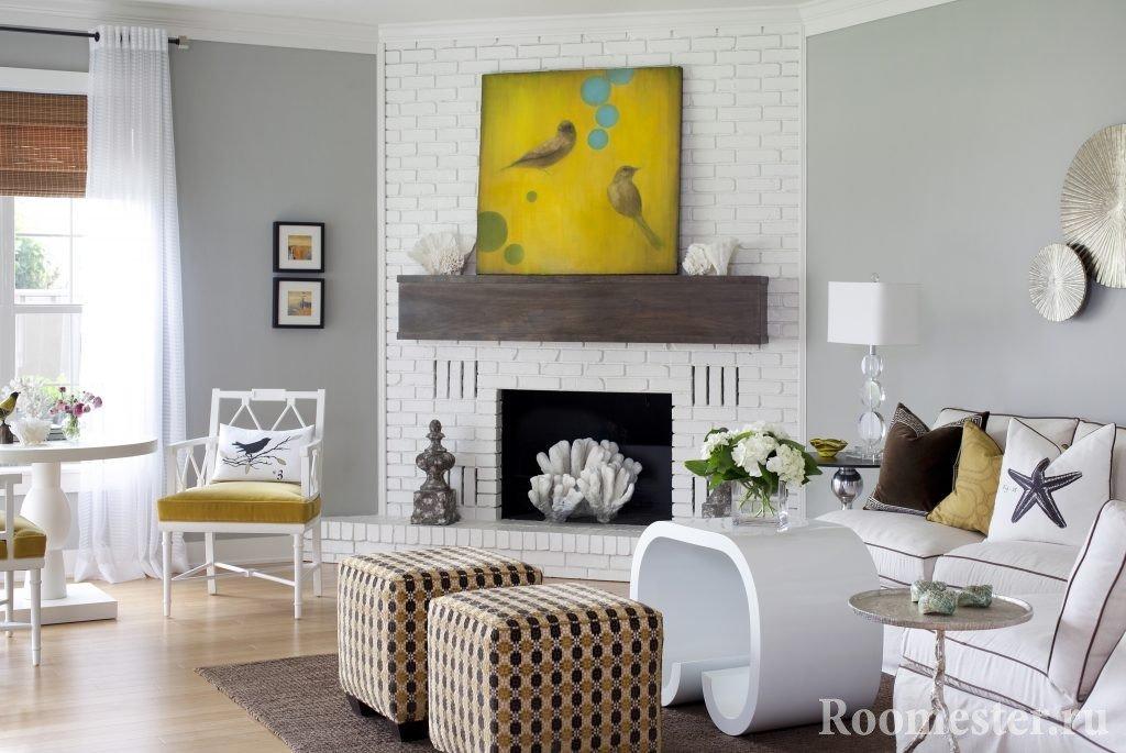 Картина с птицами на камине