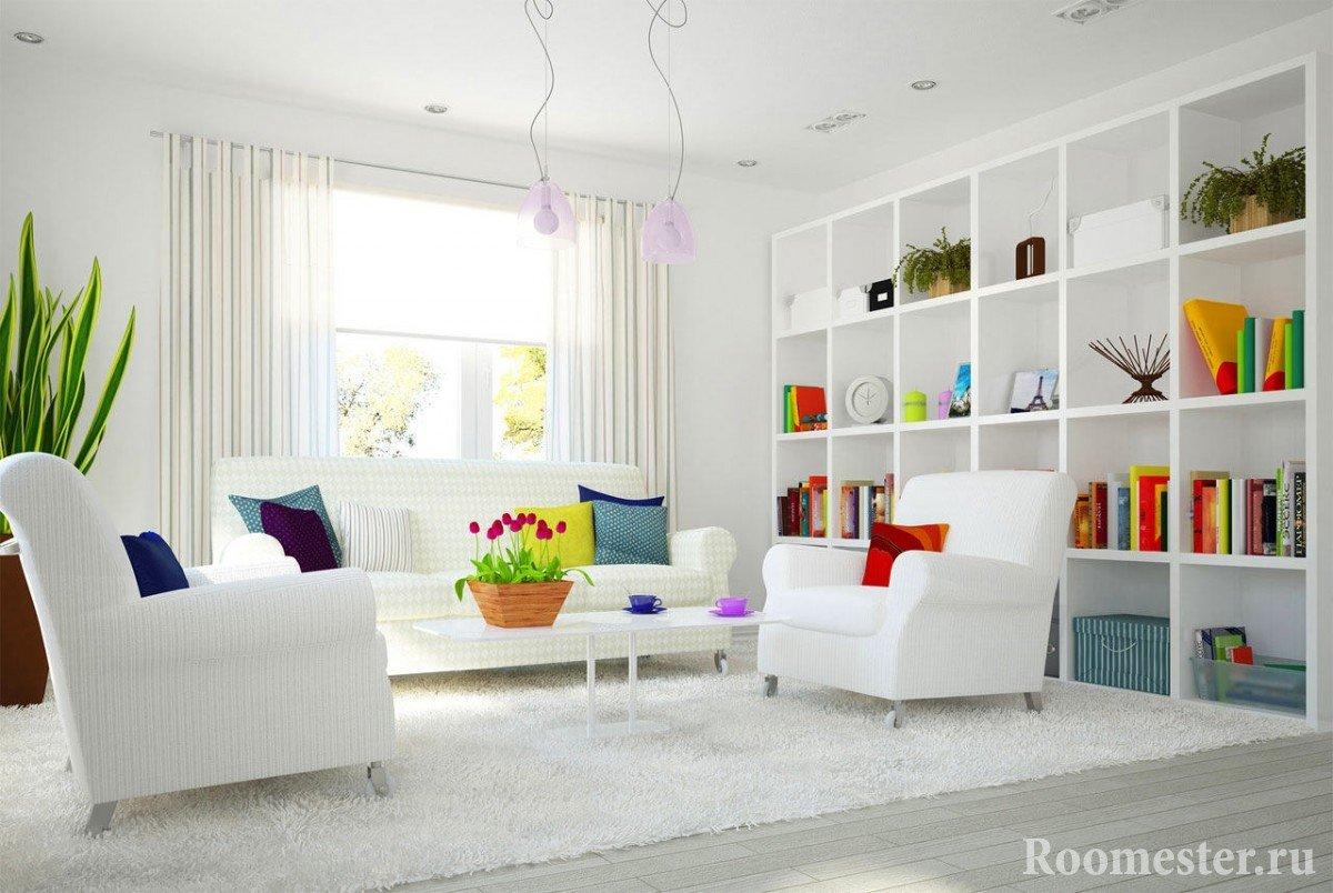 Белый интерьер в сочетании с яркими элементами декора