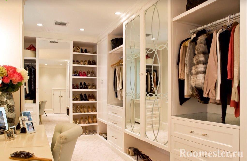 Шкаф с зеркалом на дверцах