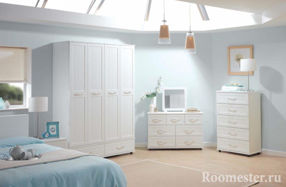 Белые шкаф, комод и тумба в спальне