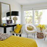 Белая спальня с желтым декором