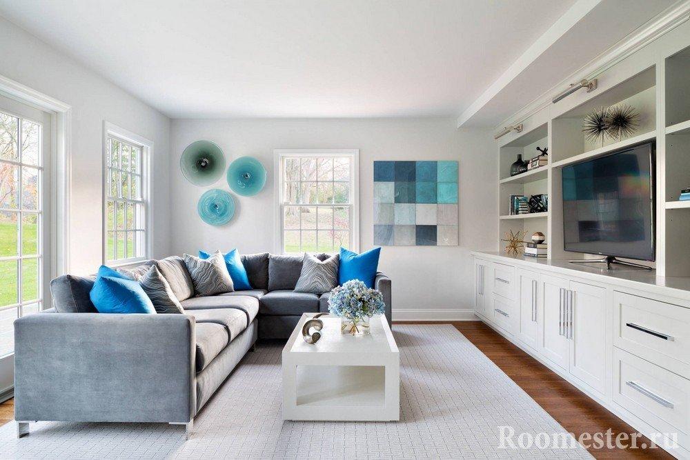 Белая мебель и серый диван в гостиной