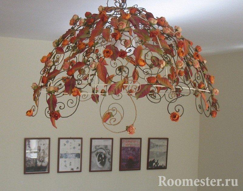 Листья с дерева на люстре