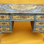 Старинный стол с узорами