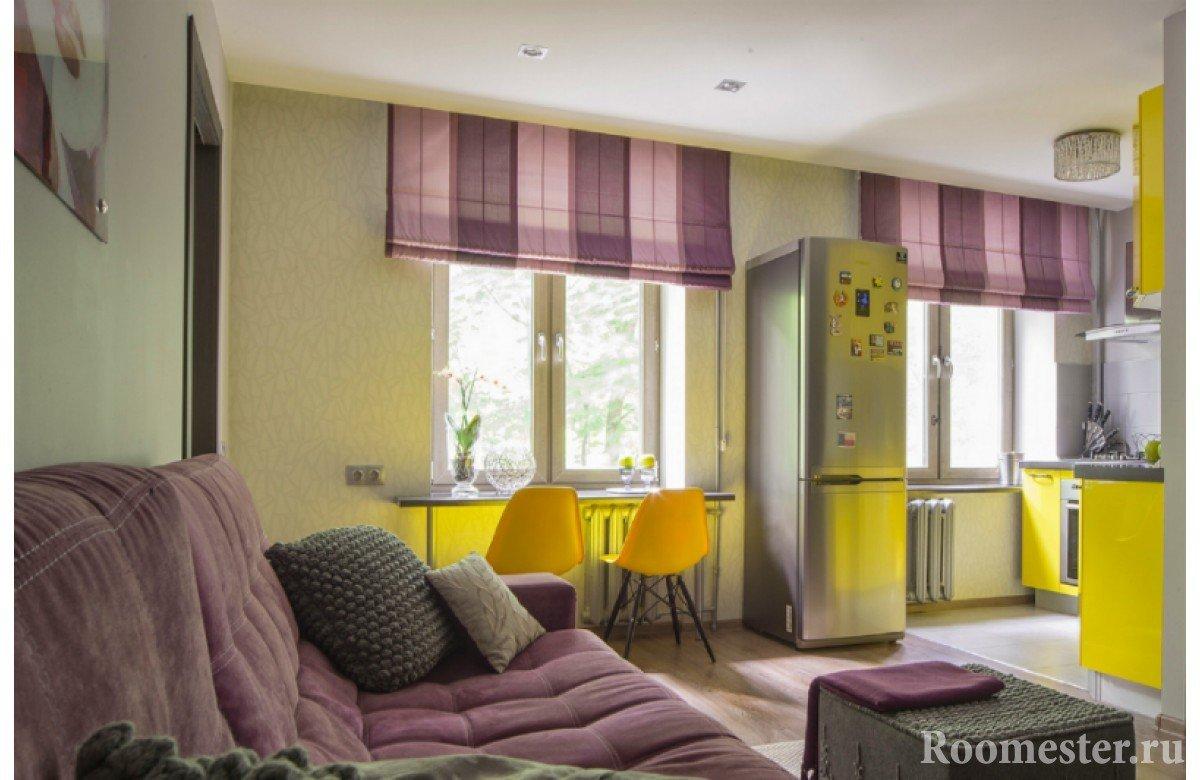 Фиолетовые шторы и диван и желтая мебель