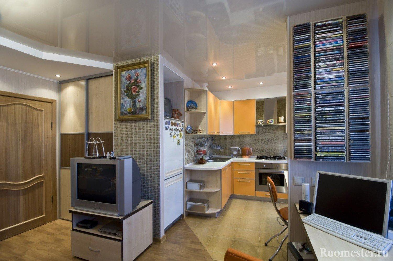 Интерьер комнаты с мозаикой на стенах