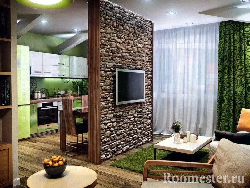 Стенка в комнате, декорированная под дикий камень