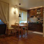 Комната со стенами под кирпич и деревянной мебелью