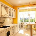 Желтые стены и белая мебель на кухне