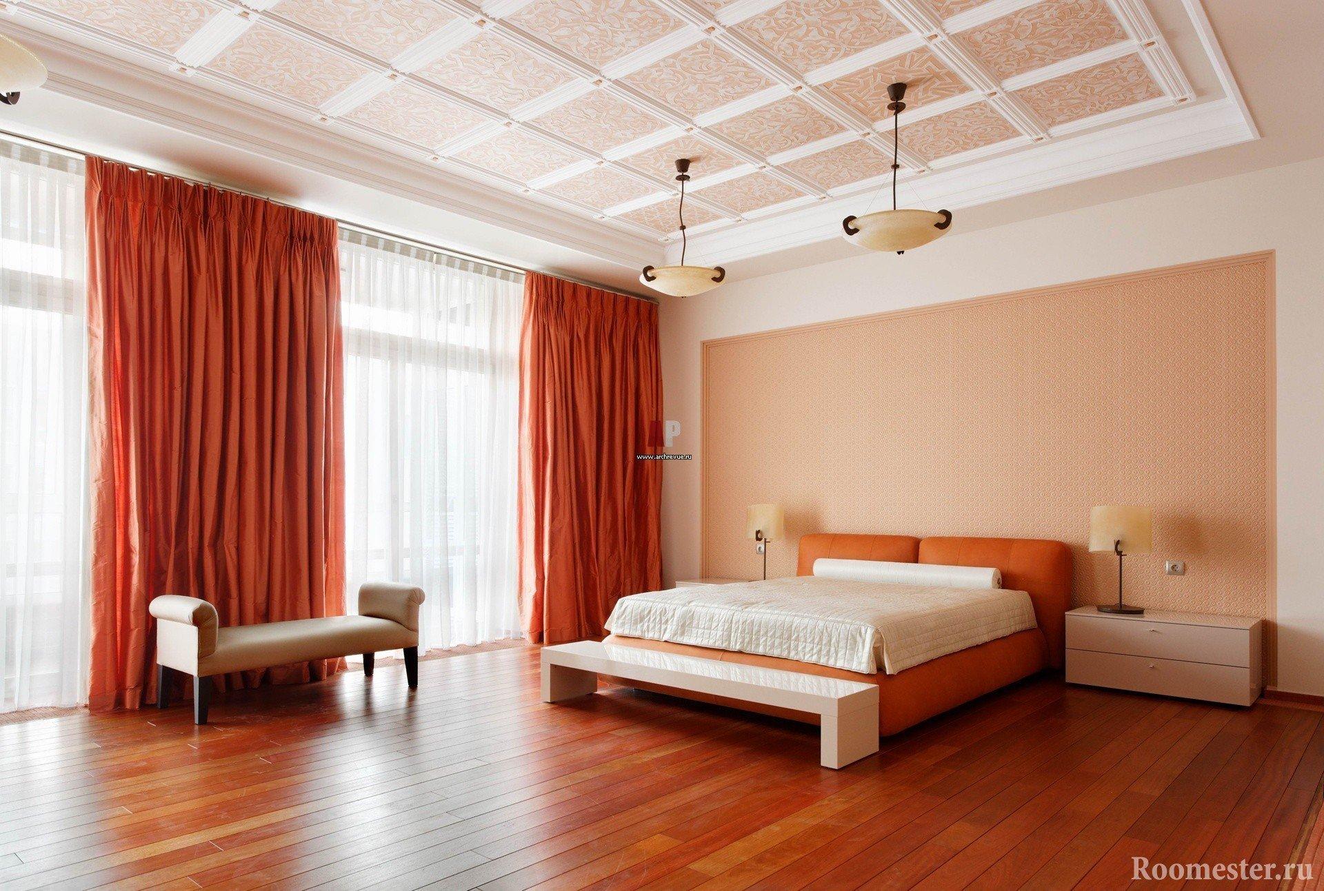 Оранжевые шторы и кровать в спальне