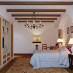 Разнообразные лампы в интерьере спальни