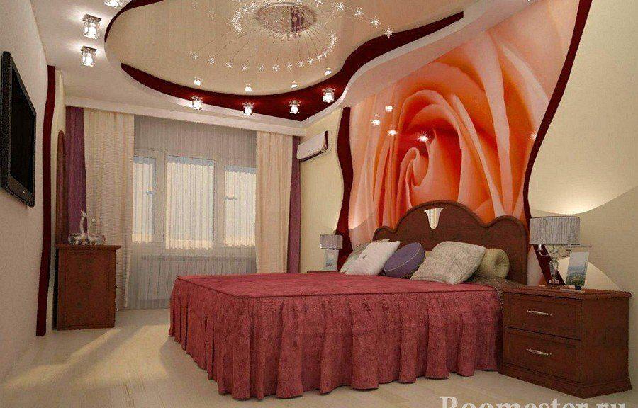 Роза на стене в спальне