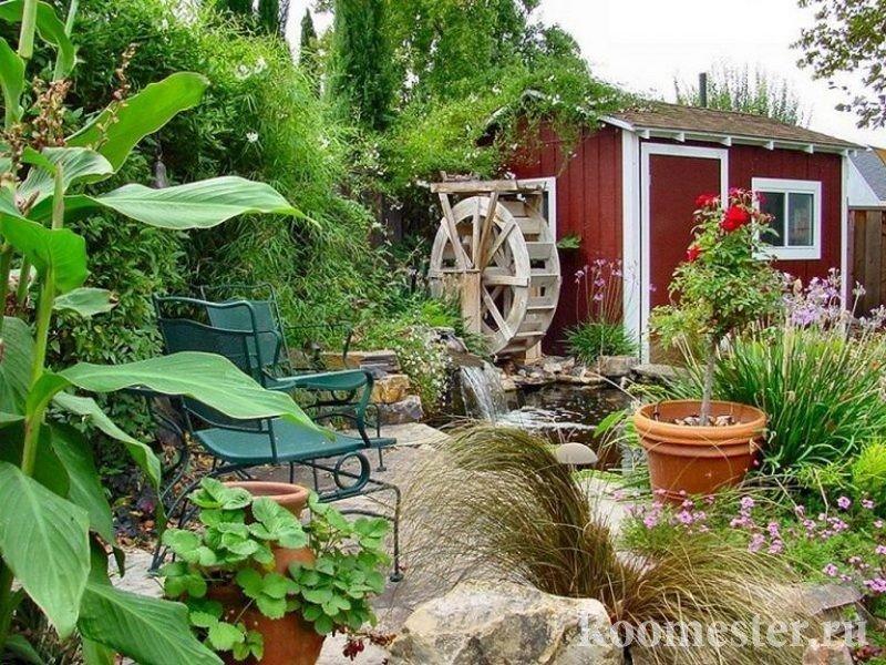 Деревянная мельница возле дома