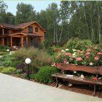 Скамейка и цветы перед домом