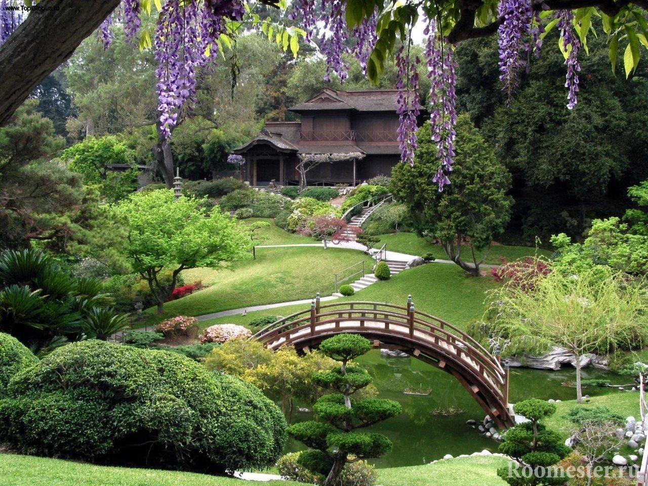 Сад с дорожками, прудиком и мостиком