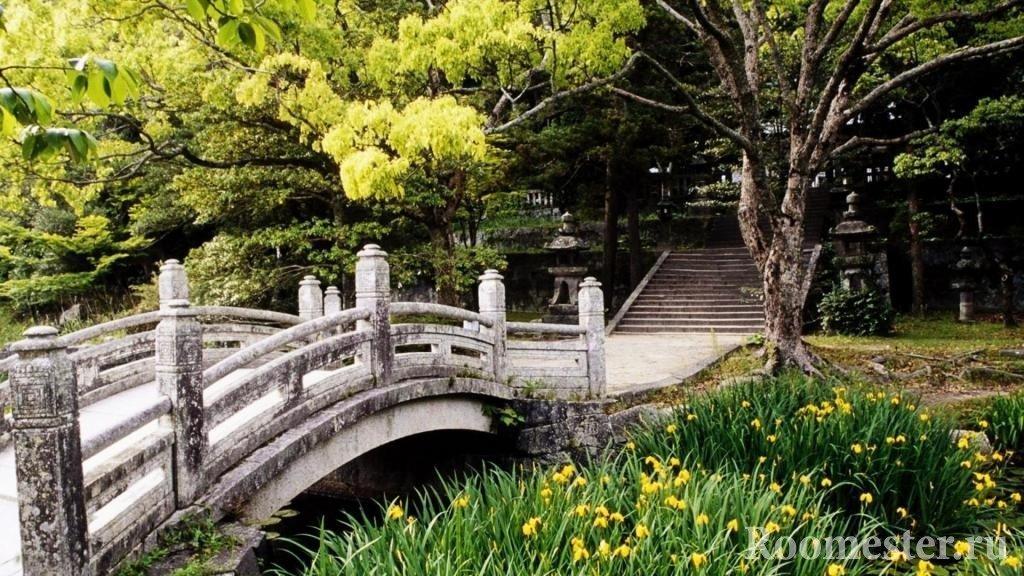 Старый мост в саду