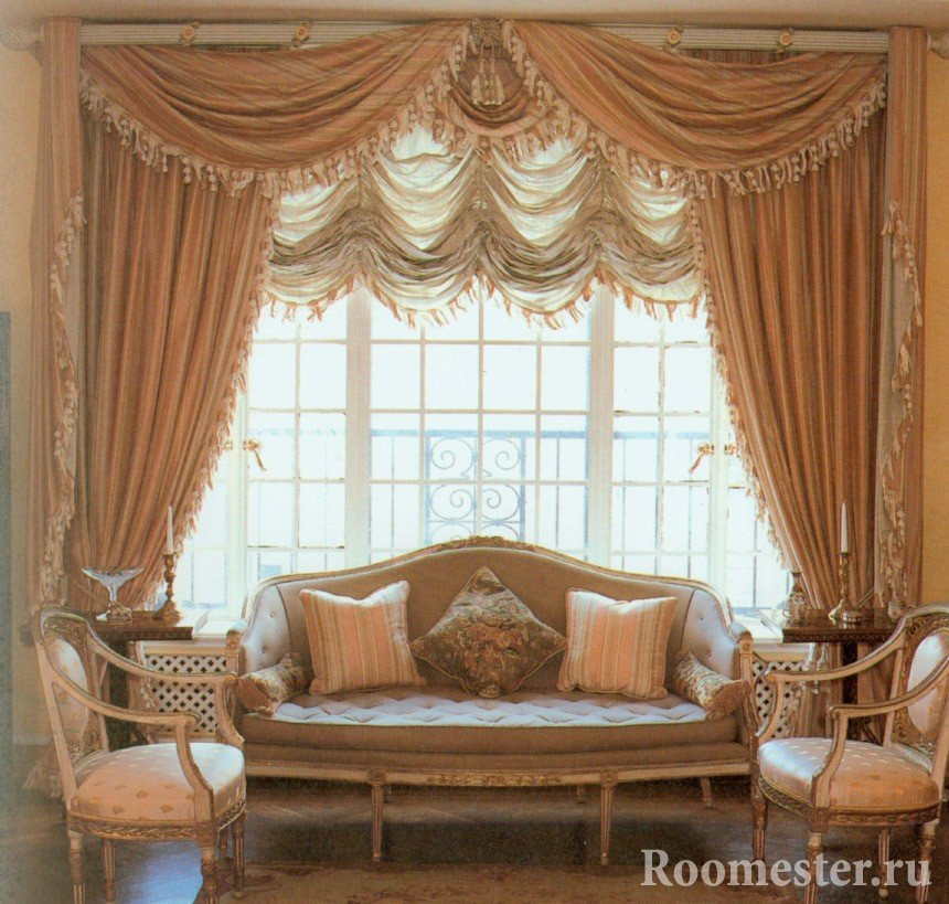 Интерьер с шикарными шторами и диваном