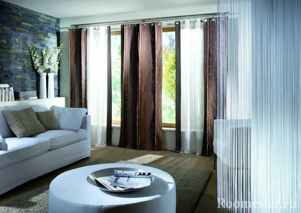Шоколадные шторы в сочетании с белой мебелью