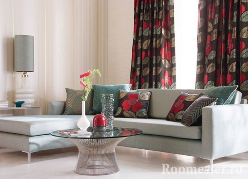Подушки на диване и шторы из одной ткани