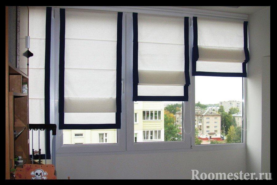 Белые шторы с черной окантовкой на окнах