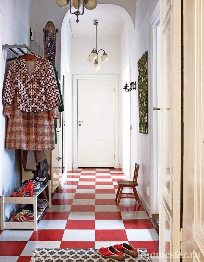 Интерьер прихожей с узким коридором