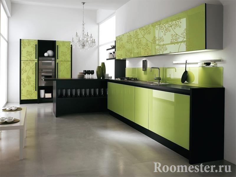 Белый интерьер кухни с фисташково-черной мебелью