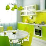 Кухня с ярким интерьером