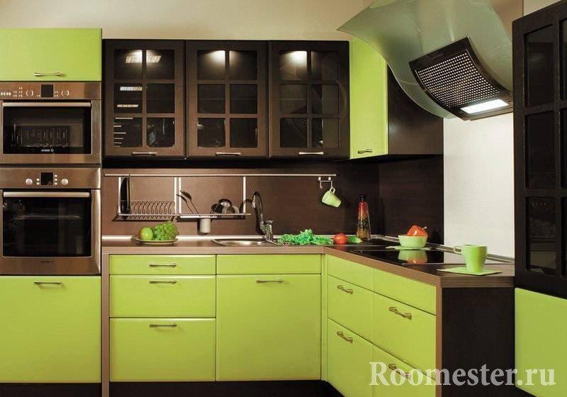 Шоколадно-фисташковая мебель на кухне