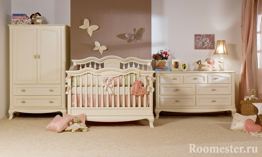Бабочки над кроваткой ребенка