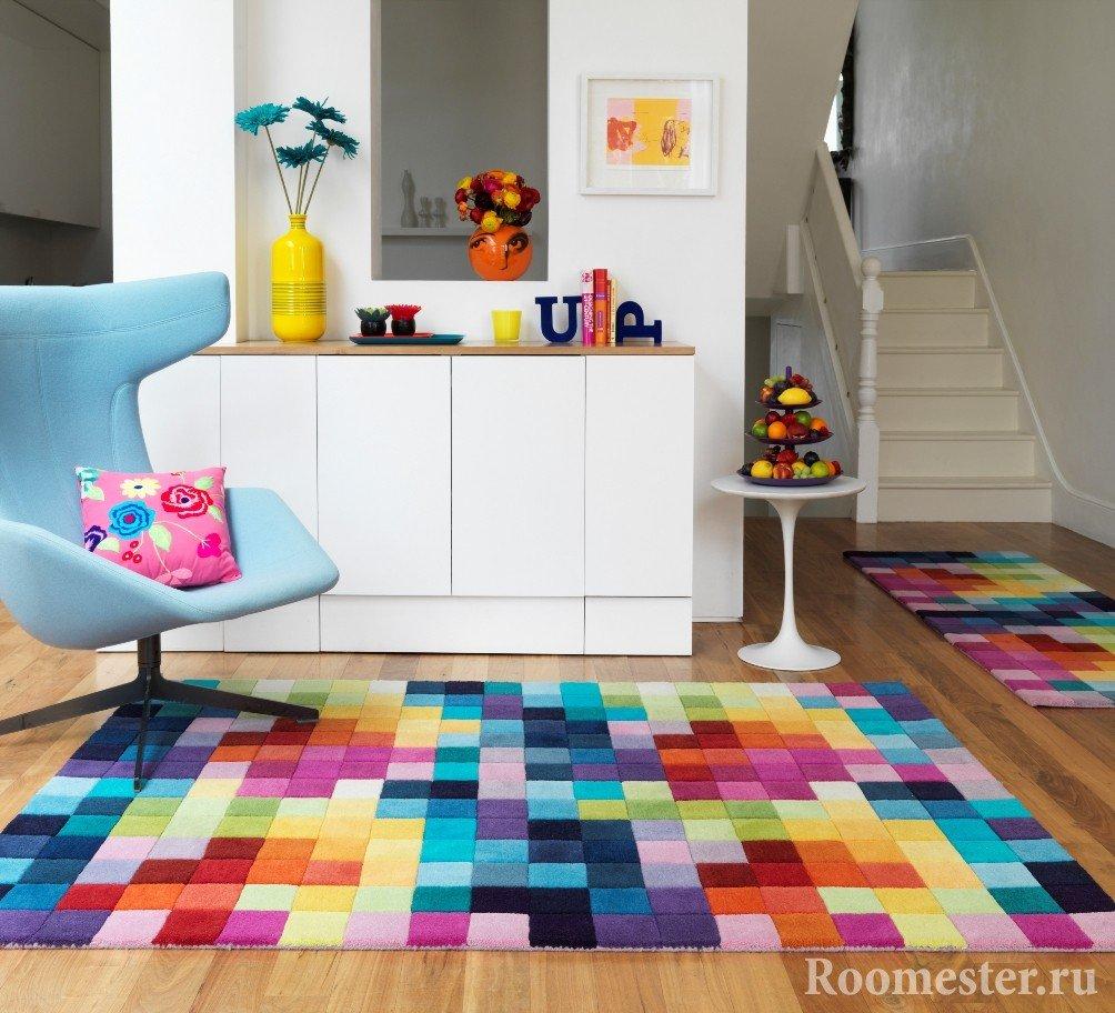 Яркие ковры в прихожей