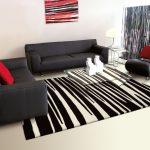 Интерьер с полосатым ковром