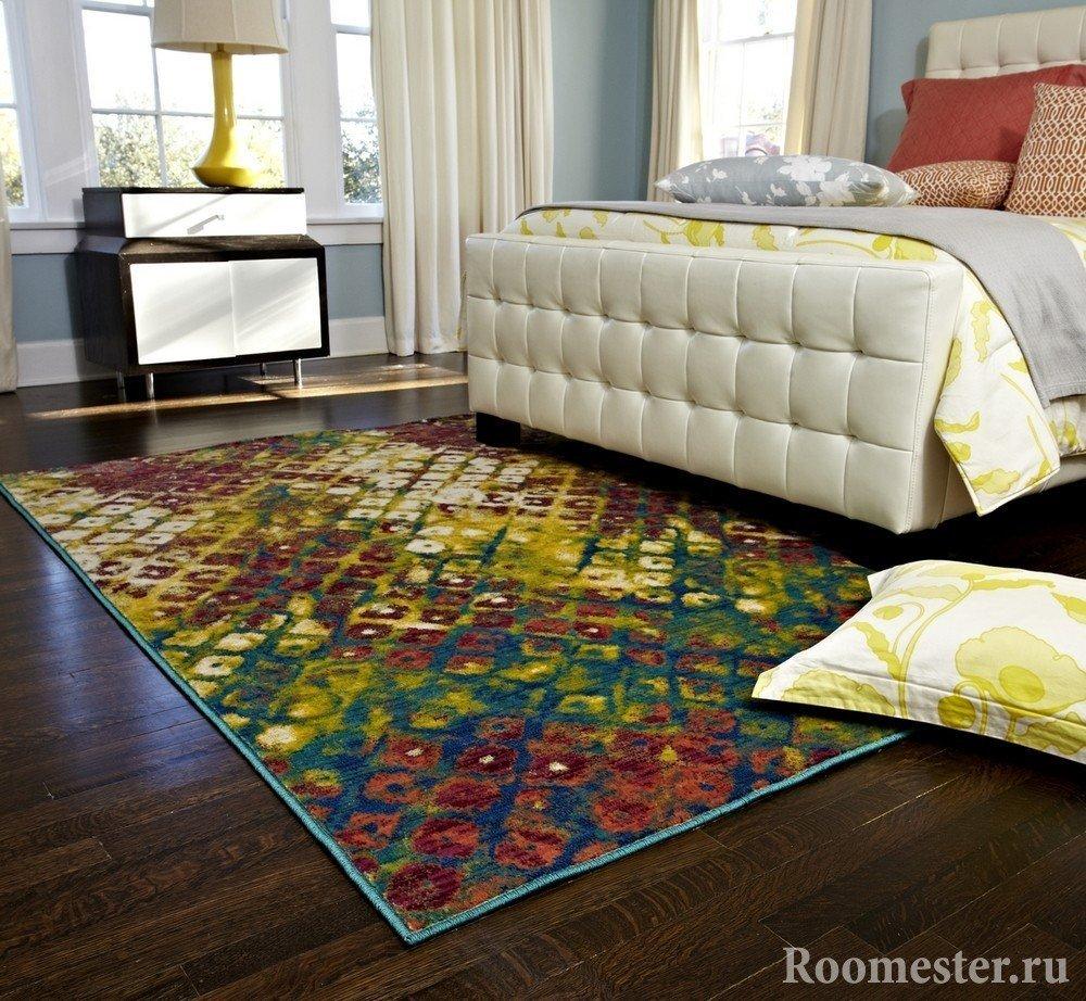 Яркий коврик в спальне