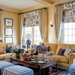 Яркие шторы и мебель в гостиной