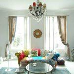 Яркий интерьер со стеклянным столиком