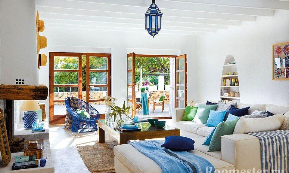 Сочетание белых стен и синих элементов декора