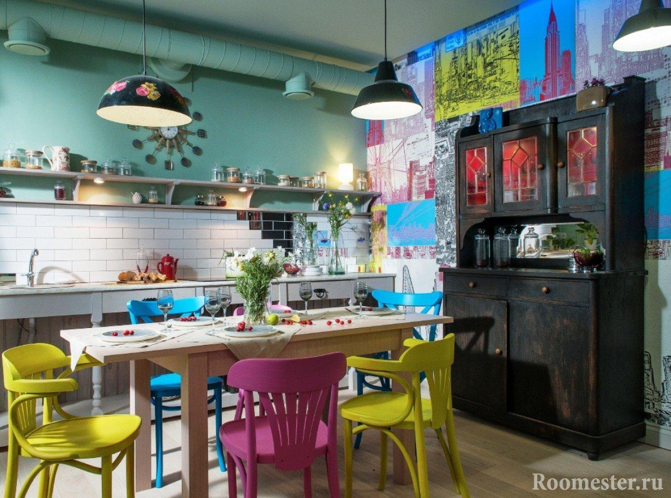 Яркие стулья и стена на кухне