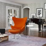 Оранжевое кресло в строгом интерьере