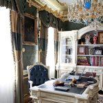 Белые стол и шкаф с резными узорами в кабинете