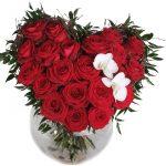 Оригинальный букет из красных роз с парой белых цветков