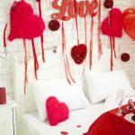 Спальня с шарами и валентинками