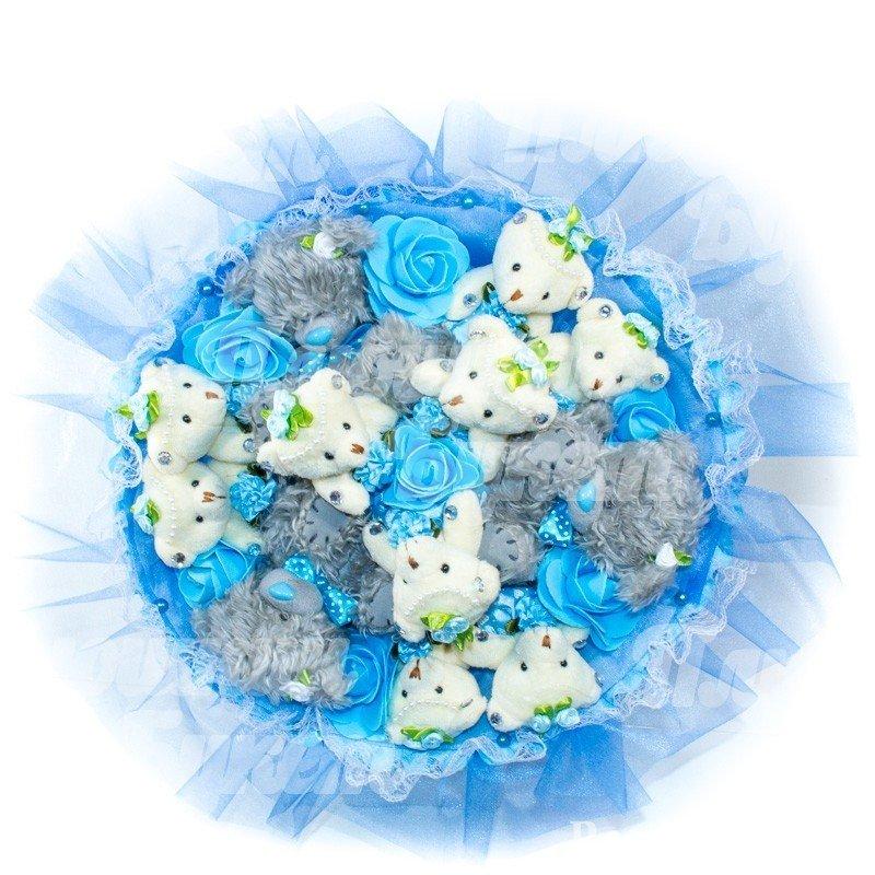 Медвежата и синие розочки в букете
