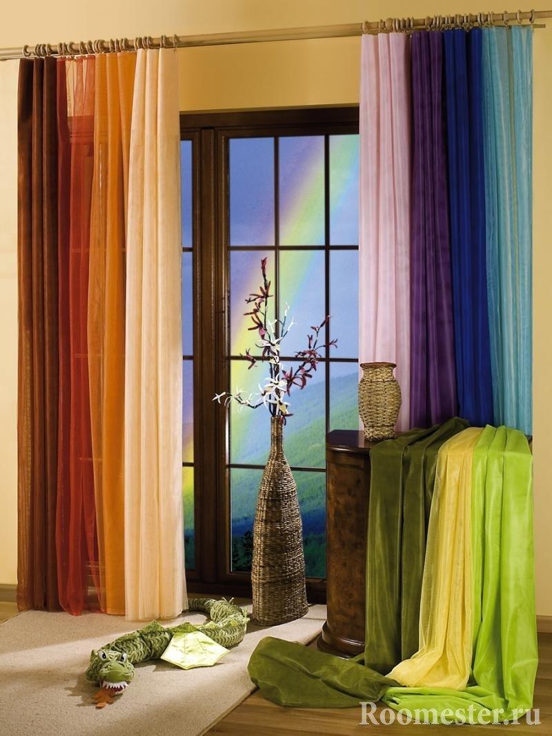 Разноцветные занавески на окне