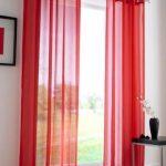 Красные шторы в белой комнате