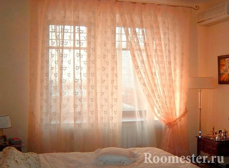 Цветная тюль в интерьере спальни фото