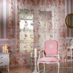 Розовое кресло и занавески в интерьере