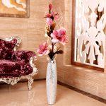 Ваза с цветами у дивана