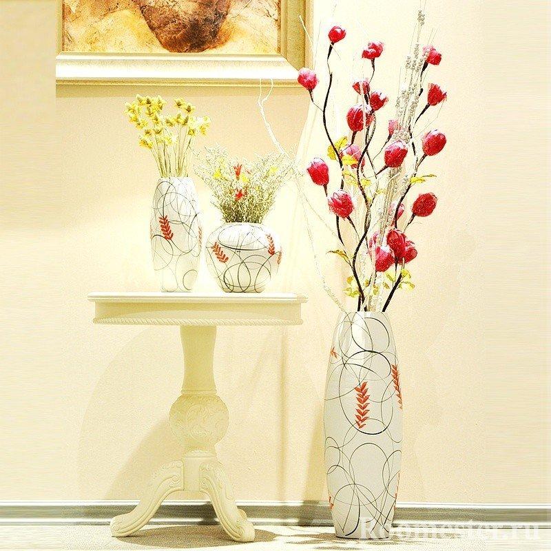 Искусственные цветы в напольной вазе в интерьере