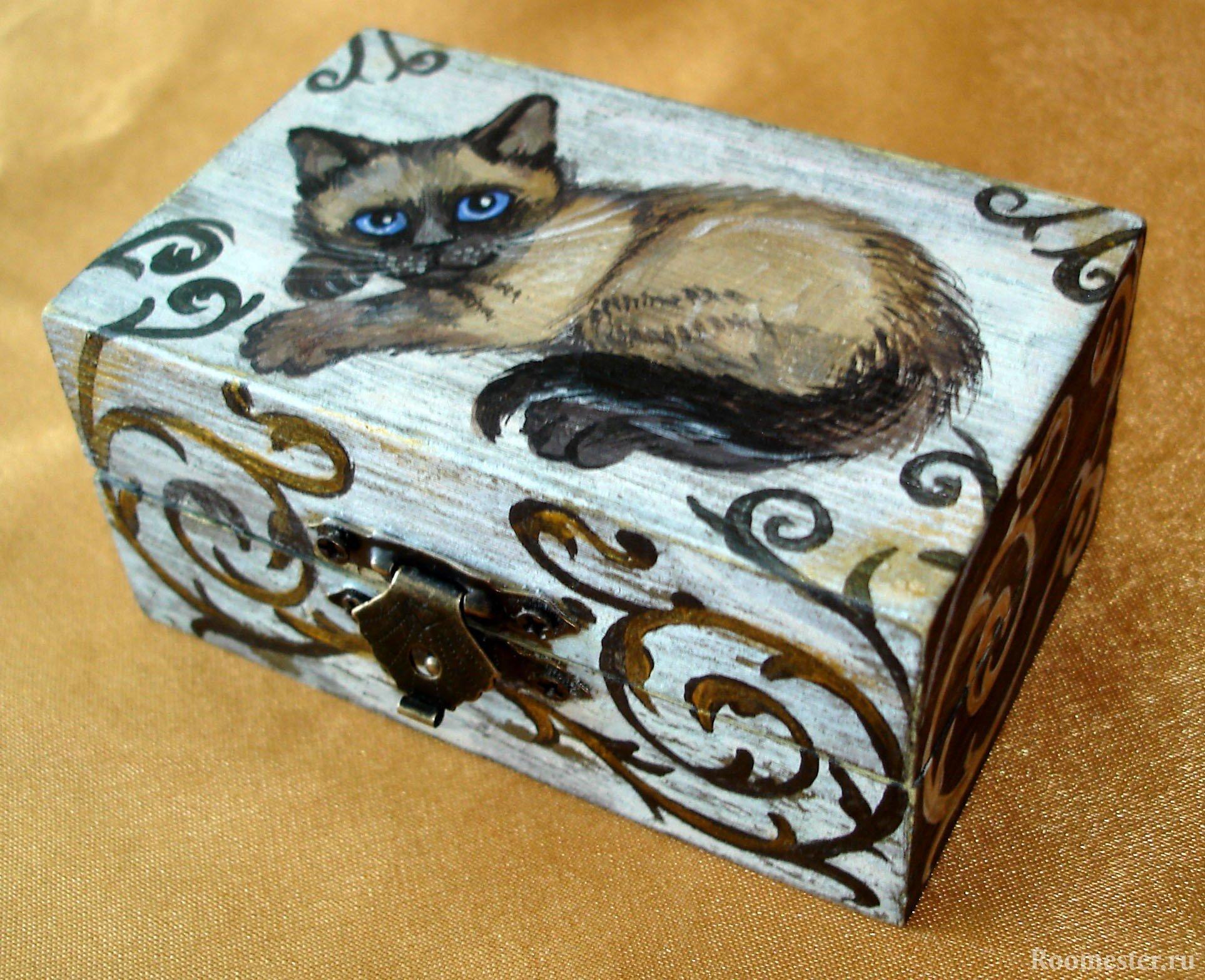 Кошка на шкатулке