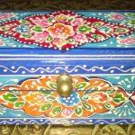 Яркие узоры на голубой шкатулке