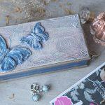 Бабочки на шкатулке